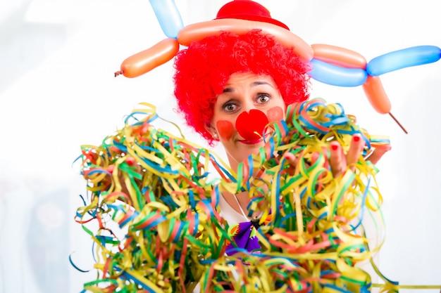 Lustiger clown auf party oder karneval