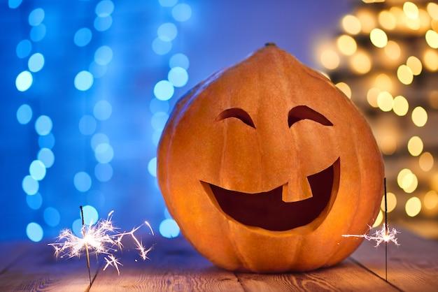 Lustiger großer kürbis verziert für halloween