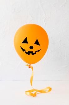 Lustiger jack-o-laterne ballon für halloween