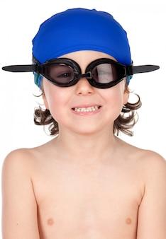 Lustiger junge mit den gläsern und hutschwimmer bereit zu lernen zu schwimmen