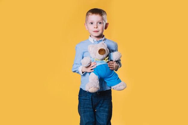 Lustiger junge mit teddybären