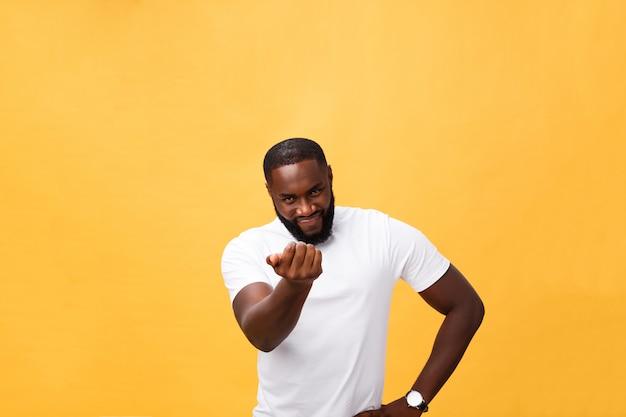 Lustiger junger afrikanischer kunde, der glücklich lächelt und seine zeigefinger auf kamera zeigt