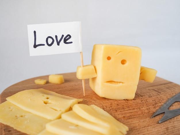 Lustiger käse, der dem gesicht ähnelt, das mit bildschirmliebe hält.