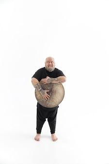 Lustiger kaukasischer bärtiger tätowierter mann posiert auf weißem hintergrund