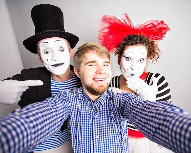 Lustiger kerl selfie mit pantomimen, aprilscherz-tageskonzept.
