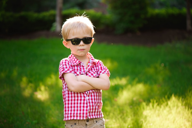 Lustiger kleiner junge in der sonnenbrille. kinderjunge in der sonnenbrille