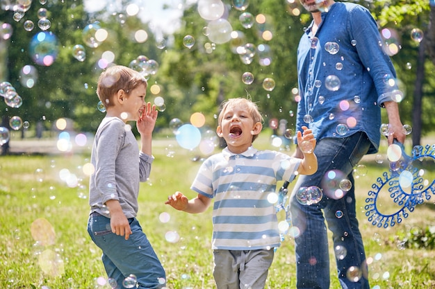 Lustiger kleiner junge mit seifenblasen