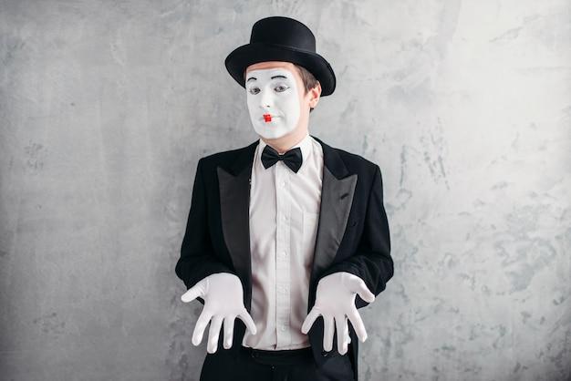 Lustiger männlicher pantomimekünstler mit make-up in den handschuhen und im hut.