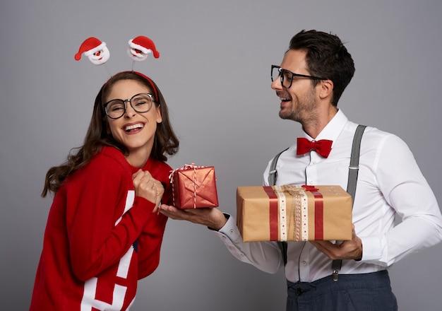 Lustiger mann, der das weihnachtsgeschenk gibt