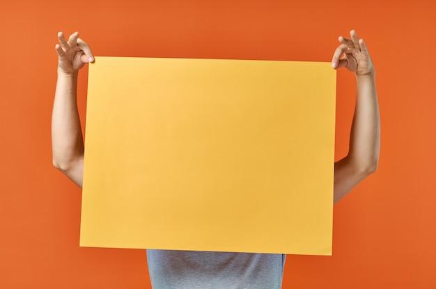 Lustiger mann gelber modellplakatrabatt lokalisierter hintergrund