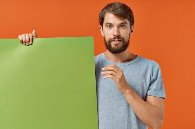 Lustiger mann grüner mockup-plakatrabatt isolierter hintergrund