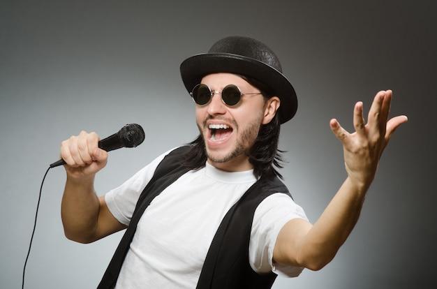 Lustiger mann im karaoke-club