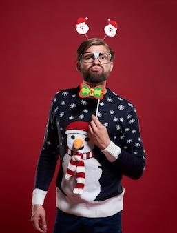 Lustiger mann in der weihnachtszeitkleidung isoliert