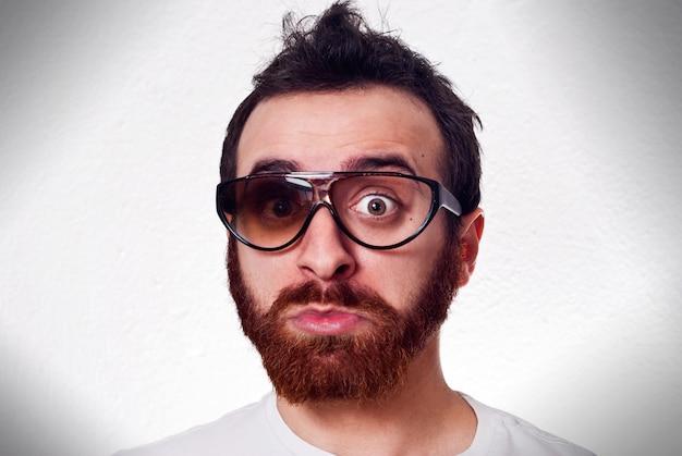 Lustiger mann mit ausgefallenen kaputten gläsern