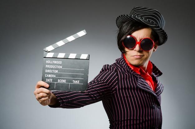 Lustiger mann mit filmbrett