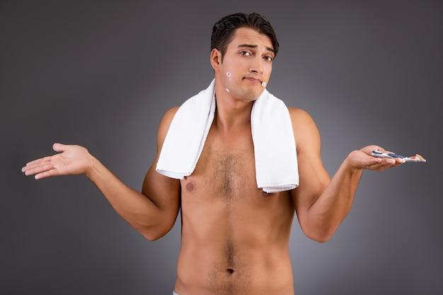 Lustiger mann, nachdem auf hintergrund rasiert worden ist