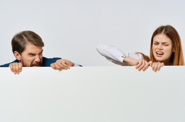 Lustiger mann und frau billboard marketing spaß emotionen isoliert hintergrund