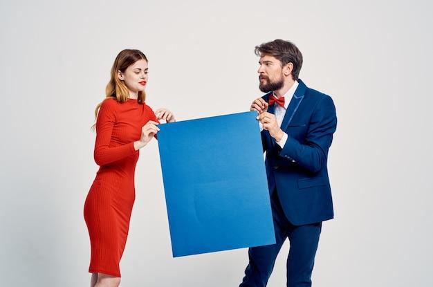 Lustiger mann und frau blaue mockup-plakat-präsentation-werbung