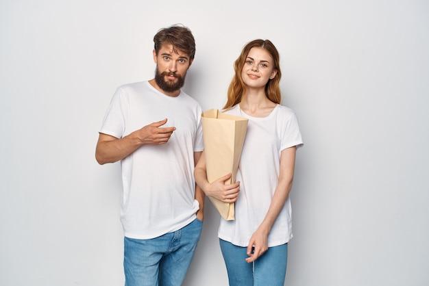 Lustiger mann und frau papiertüte shopping unterhaltung