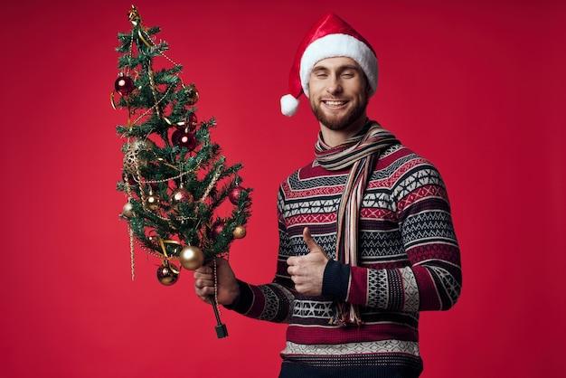 Lustiger mann weihnachtsmütze urlaub weihnachtsbaum dekoration