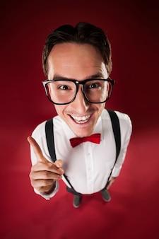 Lustiger nerdiger mann, der große brille trägt