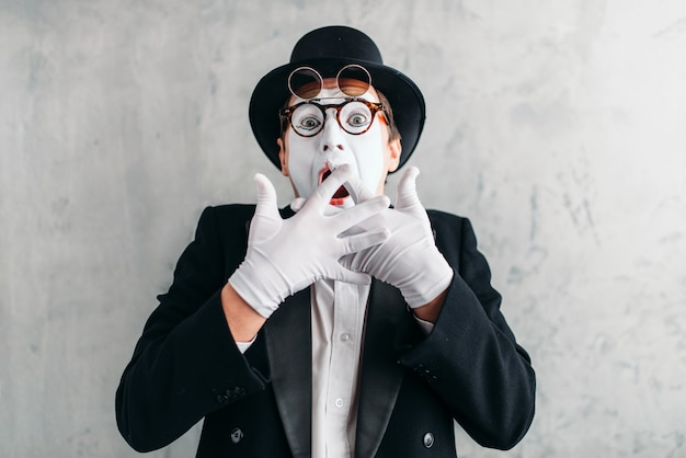 Lustiger pantomime-schauspieler mit make-up-maske