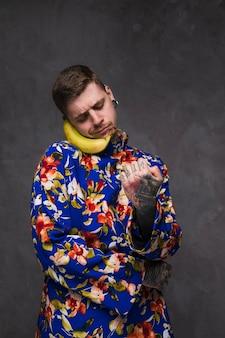 Lustiger smileymann, der eine banane anstelle des telefons hält, um zu sprechen