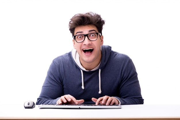 Lustiger sonderlingsmann, der an dem computer getrennt auf weiß arbeitet