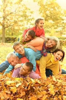 Lustiger spaziergang einer großen familie im herbstwald