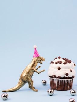 Lustiger spielzeug t-rex mit geburtstagshut