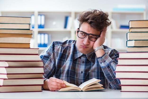 Lustiger student des sonderlings, der für hochschulprüfungen sich vorbereitet
