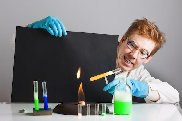 Lustiger verrückter wissenschaftler chemiker. erwärme die flasche über dem feuer.