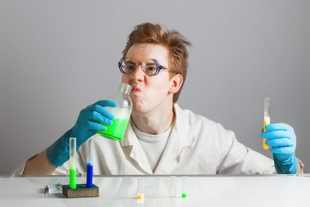 Lustiger verrückter wissenschaftlerchemiker, der chemikalien schnüffelt