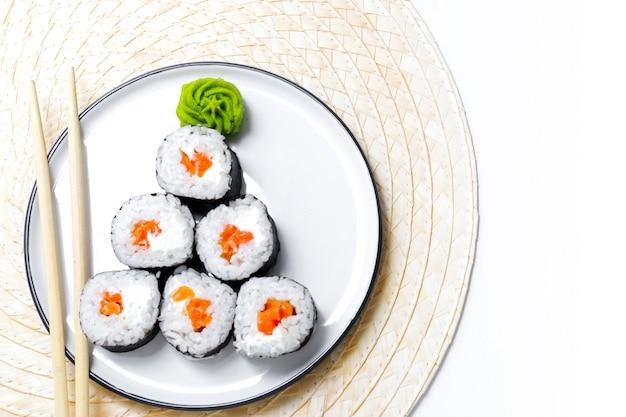 Lustiger weihnachtsbaum aus sushi und wasabisauce