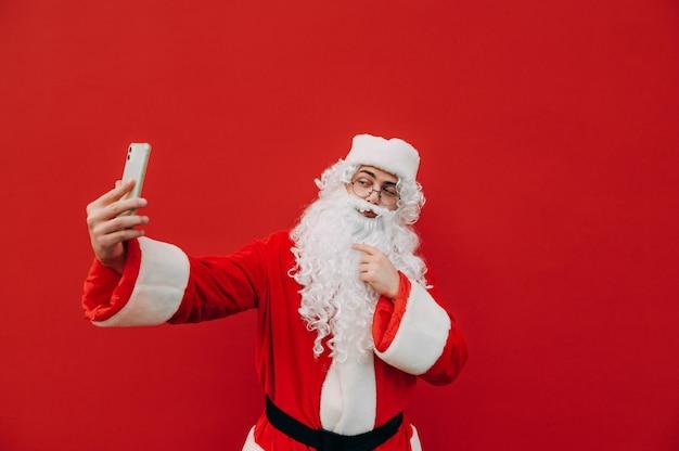 Lustiger weihnachtsmann mit einem telefon