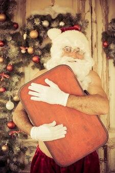 Lustiger weihnachtsmann. weihnachtsferien und winterferienkonzept Premium Fotos