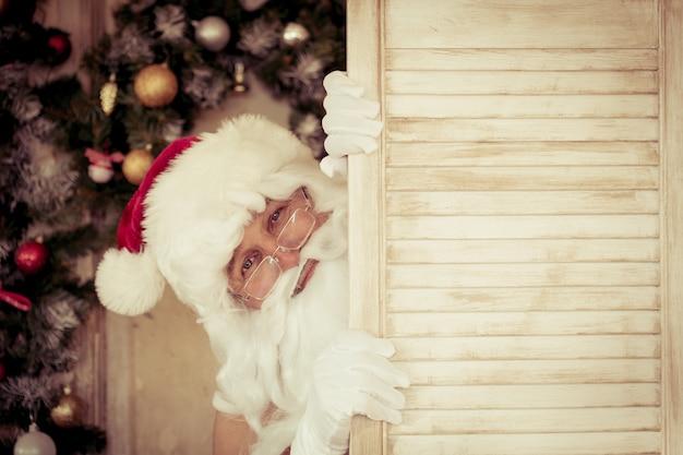 Lustiger weihnachtsmann. weihnachtsferienkonzept Premium Fotos