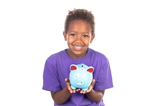Lustiges afrikanisches kind mit einem sparschwein