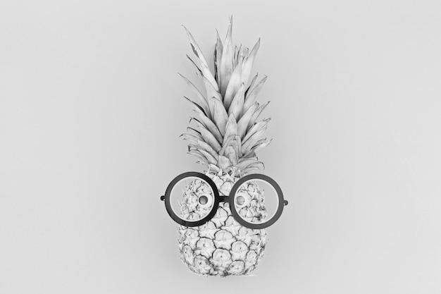 Lustiges ananasgesicht mit brillen in den modischen schwarzweiss-farben