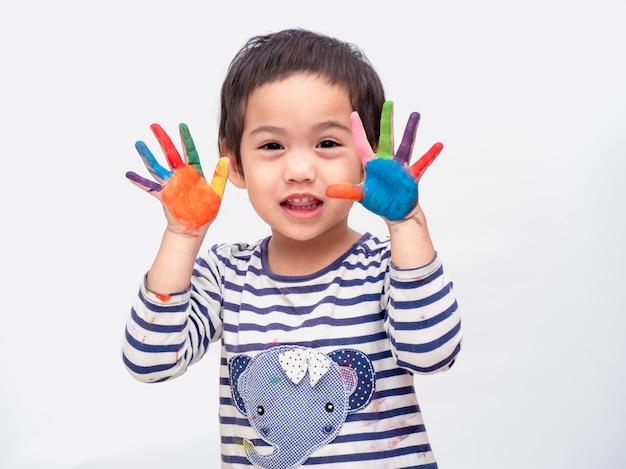 Lustiges asiatisches nettes mädchen, das aquarellmalerei an den händen spielt.