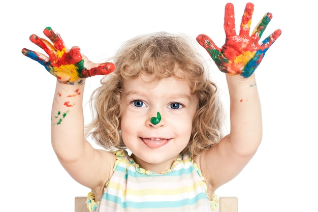 Lustiges baby, das hände in fingerfarben bemalt hält