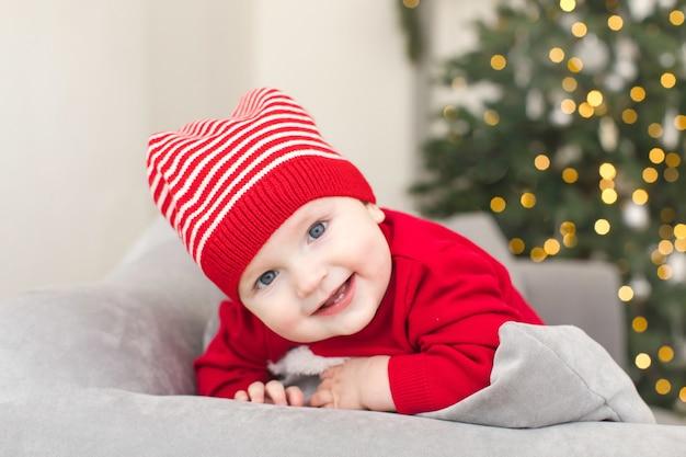 Lustiges baby im weihnachtskostüm