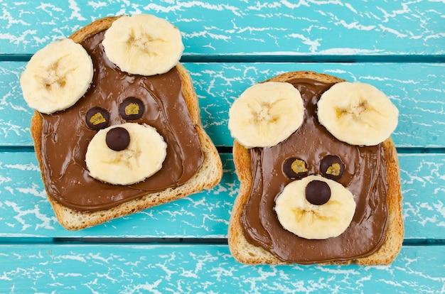 Lustiges bärengesichts-sandwich für kinder-snacks