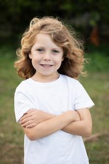 Lustiges blondes kind mit langen haaren