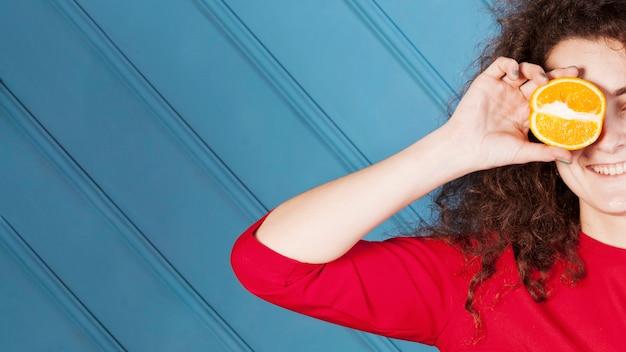 Lustiges brunettemädchenporträt auf blauem hintergrund
