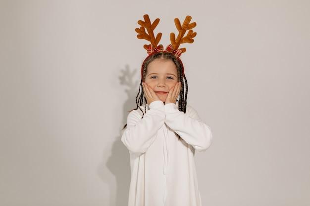 Lustiges charmantes mädchen in der weihnachtsmütze, die lustige stimmung weihnachten hat