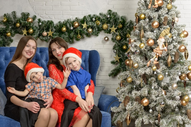 Lustiges familienfamilienfoto. zimmer im neuen jahr eingerichtet