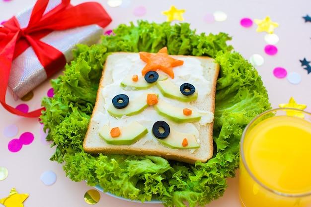 Lustiges frühstück, sandwiches, weihnachtsbäume.
