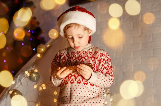 Lustiges kind, das handy zum videoanruf verwendet, um seine freunde zu begrüßen