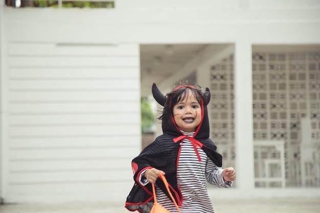 Lustiges kind gekleidetes halloween-kostüm. halloween-feiertagskonzept